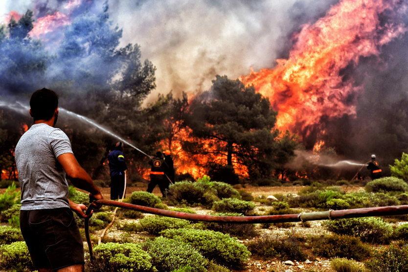 23. 07. || Latem tego roku Grecja zmagała się z największymi pożarami od dekady. W wyniku katastrofy zginęło ponad 70 osób, a kilkaset trafiło do szpitala, Grecki rząd ogłosił trzydniową żałobę narodową. W pożarach zginęła dwójka Polaków.