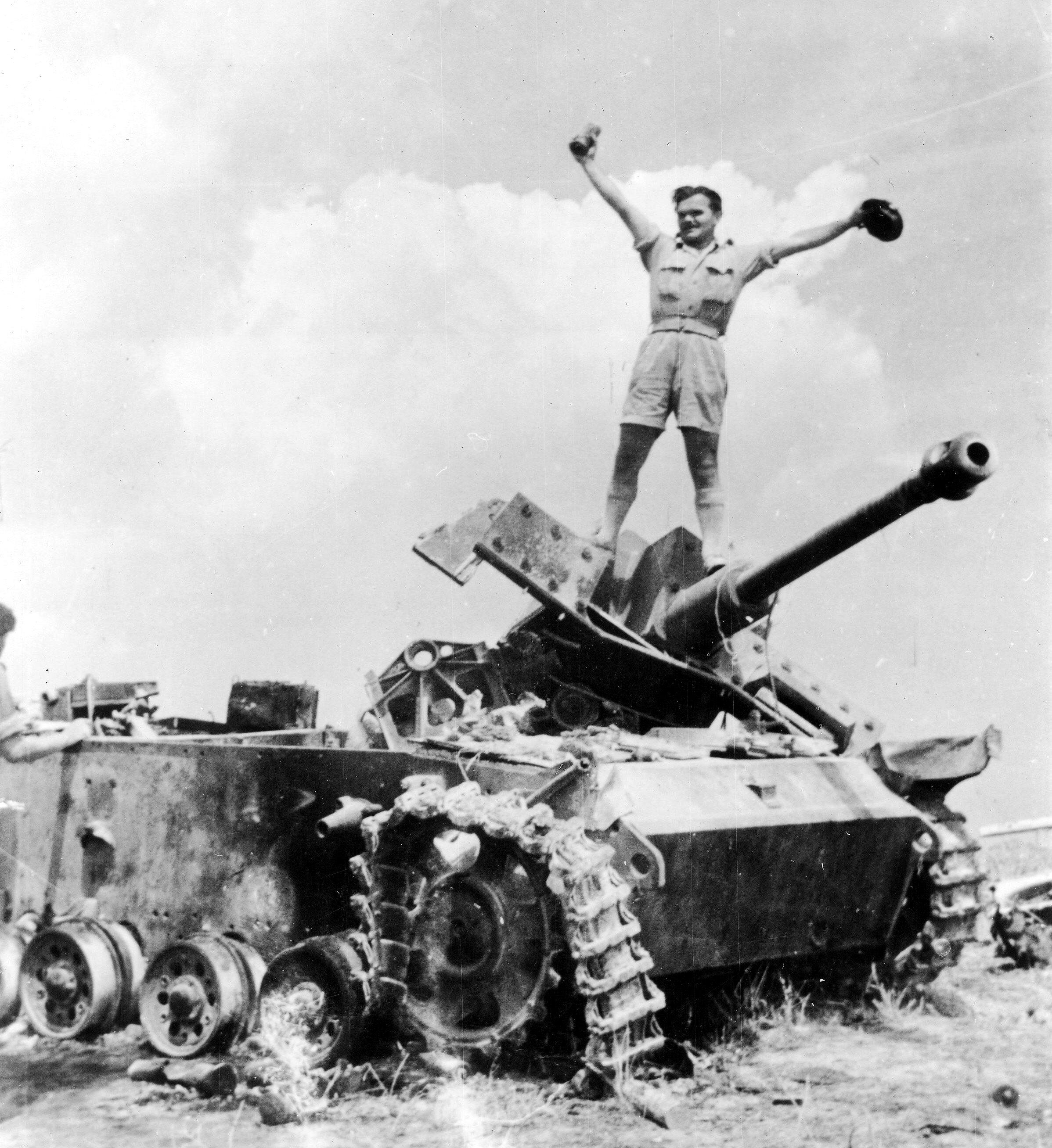 """Niemieckie działo pancerne Sturmgeschutz III (StuG III) zniszczone przez 6 Pułk Pancerny """"Dzieci Lwowskich"""", 6 lipca 1944 r., Montero k. Ankony"""