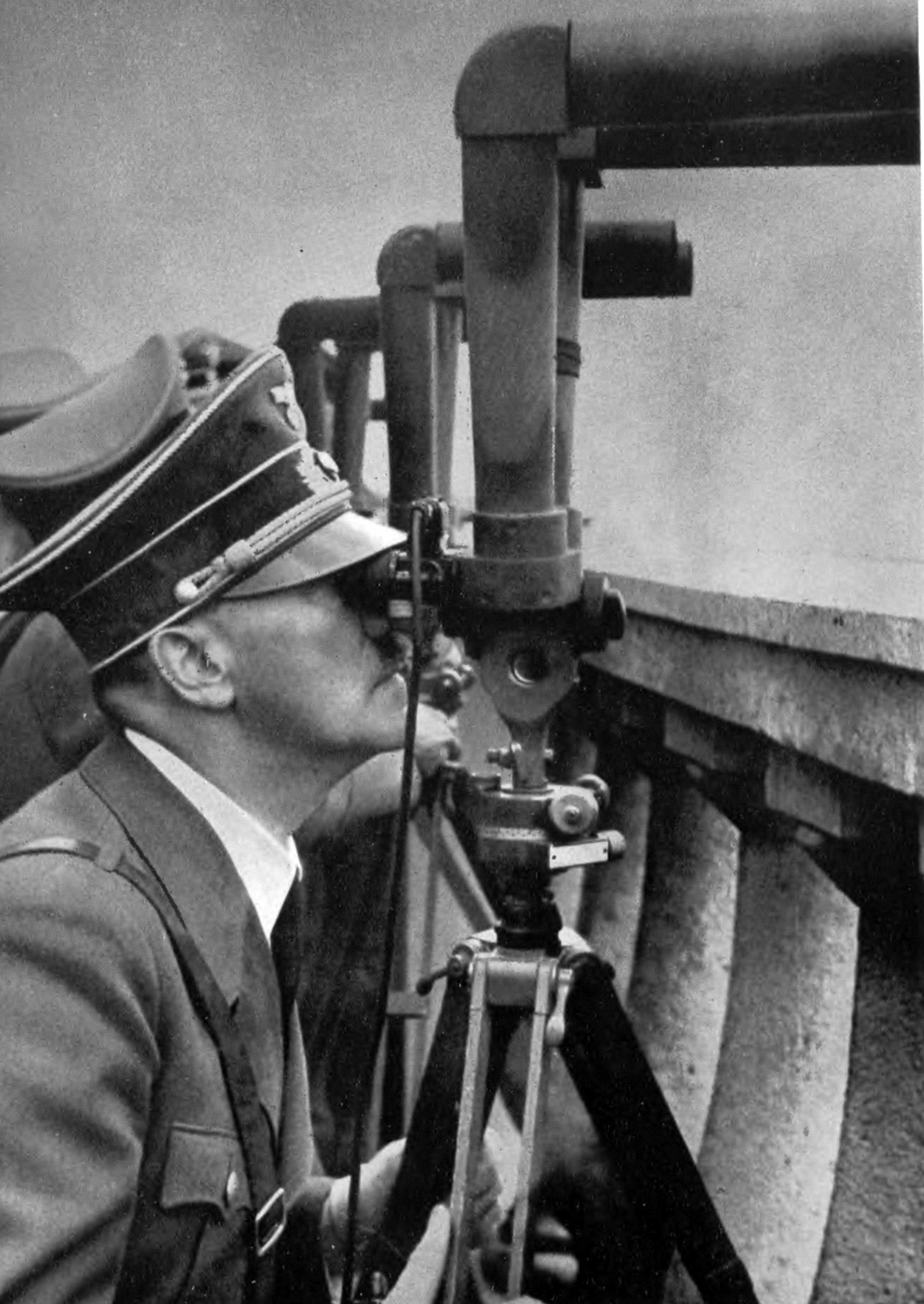 Hitler pod Warszawą Adolf Hitler z praskiej strony Warszawy obserwuje bombardowanie miasta.