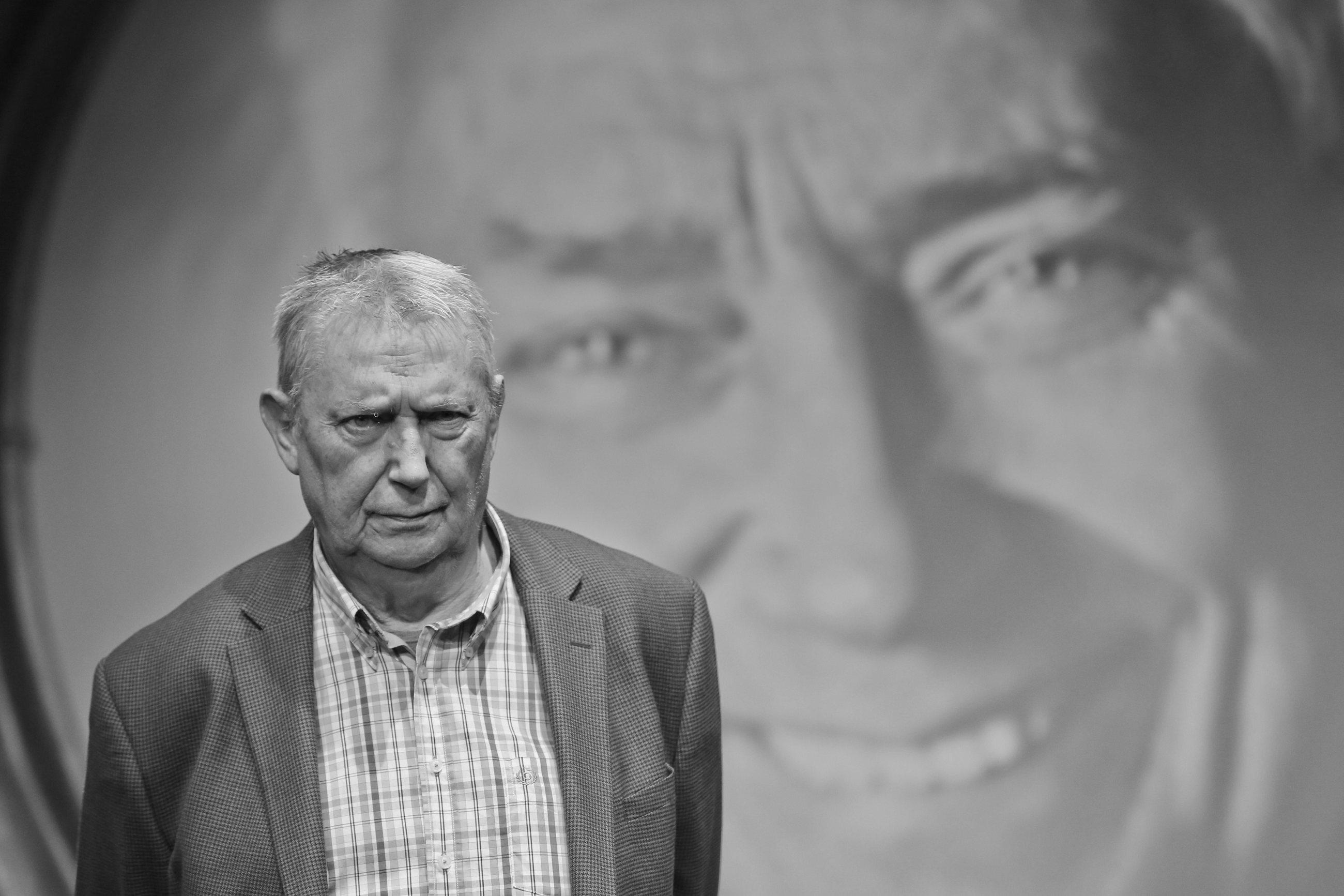 Wojciech Młynarski – polski poeta,  artysta kabaretowy i piosenkarz. Jeden z najwybitniejszych twórców tekstów kabaretowych w powojennej Polsce. Zmarł 15 marca 2017 r.